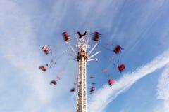 Люди ехать высоко в воздухе на фестивале масленицы стоковые изображения