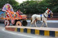 Люди ехать в тележке лошади в Агре, Уттар-Прадеш, Индии стоковая фотография