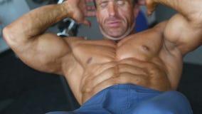 Люди зверского сильного культуриста атлетические нагнетая вверх muscles с гантелями сток-видео