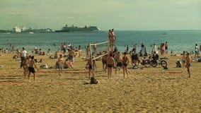 Люди играют волейбол на пляже на заходе солнца сток-видео