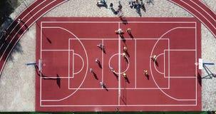 Люди играют волейбол на стадионе спортивной площадки спорта от вида с птичьего полета Земля спорта для играть большой теннис видеоматериал