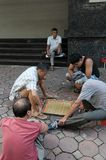 Люди играют китайский шахмат на улице в Ханое Стоковая Фотография