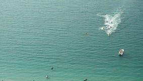 Люди играют лыжу двигателя в море вид с воздуха Шлюпки двигателя в океане Стоковые Фотографии RF