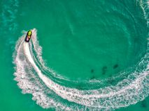 Люди играют лыжу двигателя на море во время праздников И beaut стоковые изображения rf