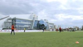 Люди играют футбол в стадионе сток-видео