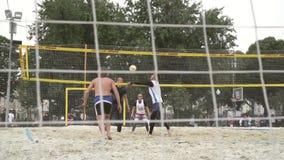 Люди играя волейбол видеоматериал