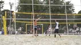 Люди играя волейбол акции видеоматериалы