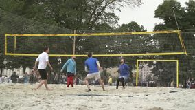 Люди играя волейбол сток-видео