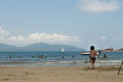 Люди играя в пляже стоковые фотографии rf