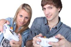 Люди играя компютерные игры Стоковое Фото