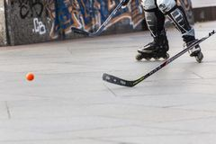 Люди играя хоккей улицы с ручками и роликами Стоковое Фото