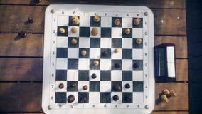 Люди играя шахмат на таблице, взгляд сверху видеоматериал