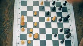 Люди играя шахмат на таблице, взгляд сверху акции видеоматериалы