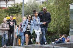 Люди идут вдоль банков Темзы Southbank Счастливая семья туристов Стоковые Фото