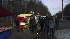 Люди идут в парк во время восточного славянского религиозного праздника Maslenitsa в BOBRUISK, БЕЛАРУСИ 03 09 19 в видеоматериал