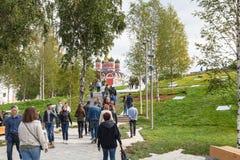 Люди идут в парк Zaryadye городской в Москве Стоковые Фото