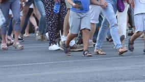 Люди идут в улицы сток-видео