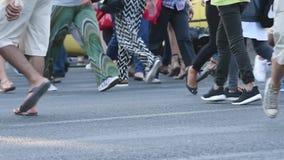 Люди идут в улицы видеоматериал