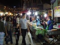 Люди идут и покупки в культуре старого городка тайской наслаждаются Стоковая Фотография
