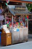 Люди идут и покупки в культуре старого городка тайской наслаждаются Стоковые Изображения