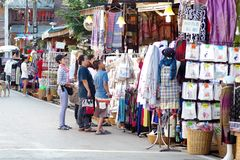 Люди идут и покупки в культуре старого городка тайской наслаждаются Стоковые Фото