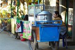 Люди идут и покупки в культуре старого городка тайской наслаждаются Стоковое Фото