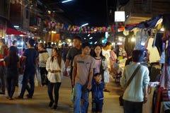 Люди идут и покупки в культуре старого городка тайской наслаждаются Стоковые Фотографии RF