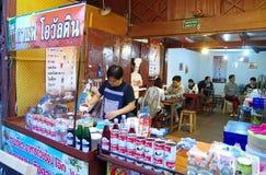 Люди идут и покупки в культуре старого городка тайской наслаждаются Стоковая Фотография RF