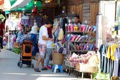 Люди идут и покупки в культуре старого городка тайской наслаждаются Стоковое Изображение RF