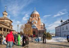 Люди идут к виску, Sviyazhsk, России Стоковое фото RF