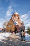 Люди идут к виску, Sviyazhsk, России Стоковое Изображение