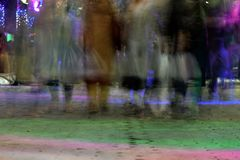 Люди идут на дорогу Стоковое фото RF