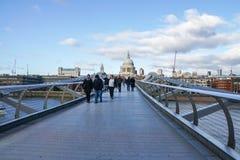 Люди идут на мост тысячелетия в Лондоне в солнечном дне стоковые фото