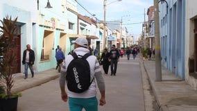 Люди идут на улицу в центре Camaguey акции видеоматериалы