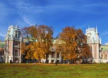 Люди идут около грандиозного дворца на солнечный день осени, Москвы Tsaritsyn стоковое фото rf