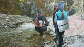 Люди идут около реки горы перемещения семьи Окружающая среда людей горами, реками, потоками Родители и малыши видеоматериал