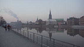 Люди идут около реки и взгляда на острове собора акции видеоматериалы