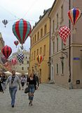 Люди идут старым городком в Люблине, Польше Стоковое Изображение RF