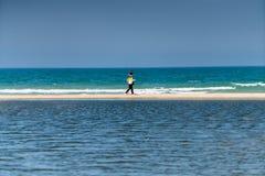 Люди идя вдоль seashore Стоковые Фотографии RF