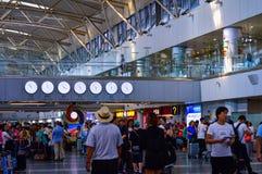 Люди идя вне исходного района на стержне 2 авиапорта PEK Пекина прописном стоковое изображение