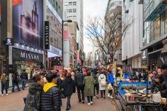 Люди идя вниз с юлить улица Myeongdong, популярное туристское назначение стоковые фото