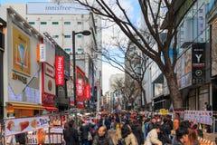 Люди идя вниз с юлить улица Myeongdong, популярное туристское назначение стоковые изображения