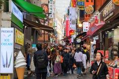 Люди идя вниз с юлить улица Myeongdong, популярное туристское назначение стоковая фотография rf