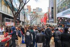 Люди идя вниз с юлить улица Myeongdong, популярное туристское назначение стоковое фото