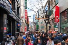 Люди идя вниз с юлить улица Myeongdong, популярное туристское назначение стоковое изображение