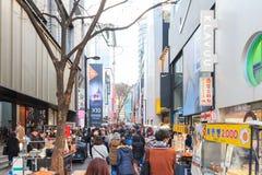 Люди идя вниз с юлить улица Myeongdong, популярное туристское назначение стоковая фотография