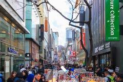 Люди идя вниз с юлить улица Myeongdong, популярное туристское назначение стоковые фотографии rf