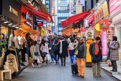 Люди идя вниз с юлить улица Myeongdong, популярное туристское назначение стоковые изображения rf