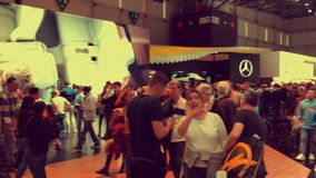 Люди идя в выставку во время мотор-шоу Женевы сток-видео