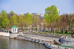Люди идя в город Gorky паркуют, Москва стоковая фотография